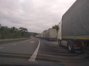 Черги вантажівок за містом.