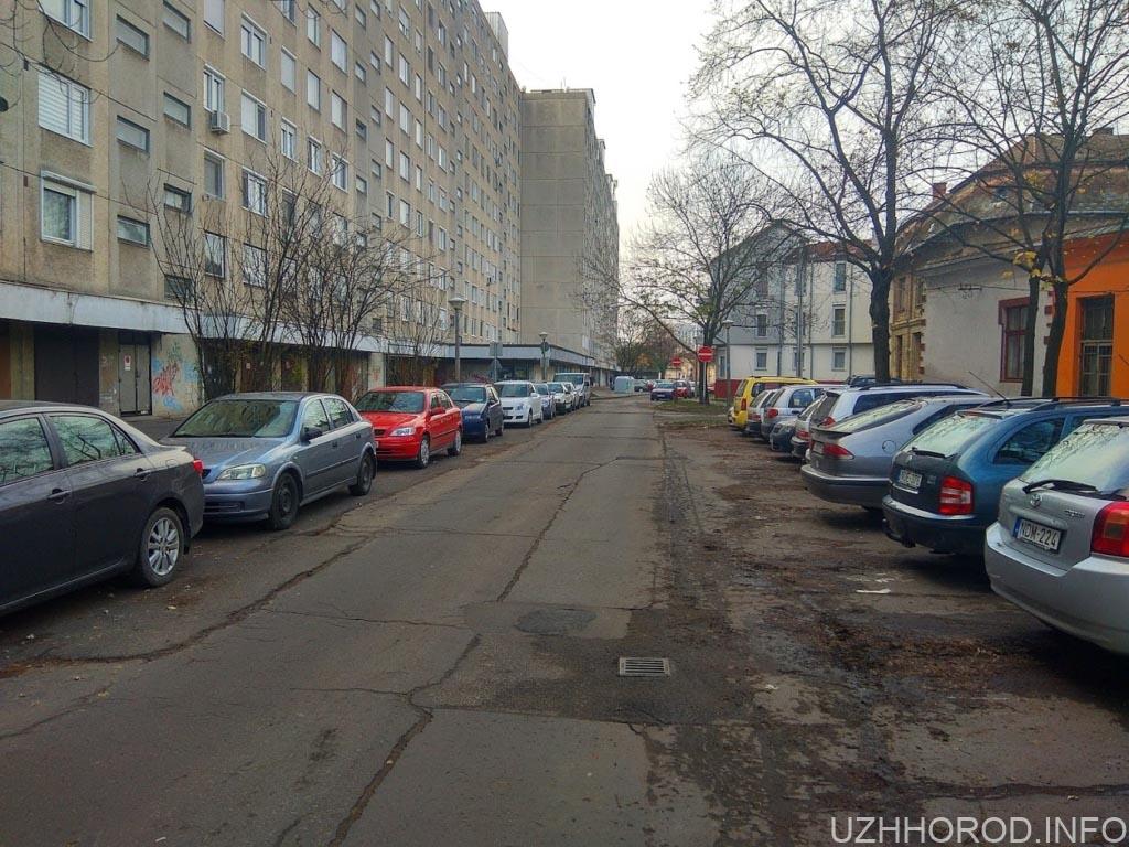 Паркування автомобіля у дворах фото