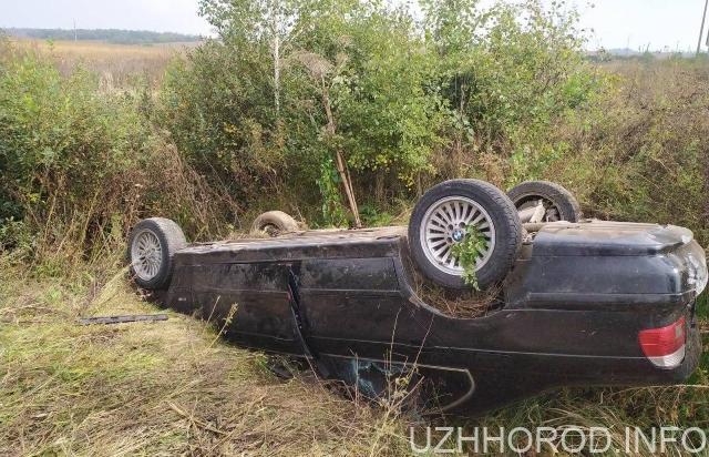 Між Ужгородом і Мукачевом лежить перекинуте авто