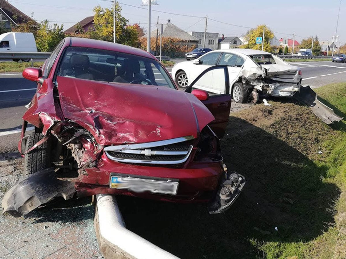 """Chevrolet"" влетів у припарковану ""Subaru"""