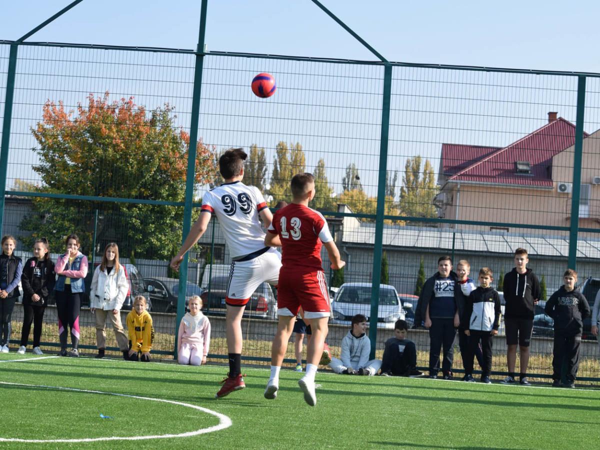 У Класичній гімназії в Ужгороді сьогодні відкрили новий спортивний майданчик (ФОТО)