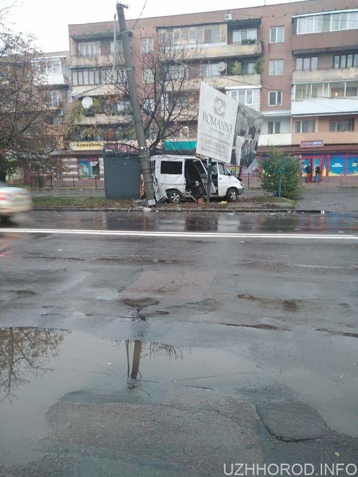 Мікроавтобус влетів у електроопору та рекламний щит (ФОТО)