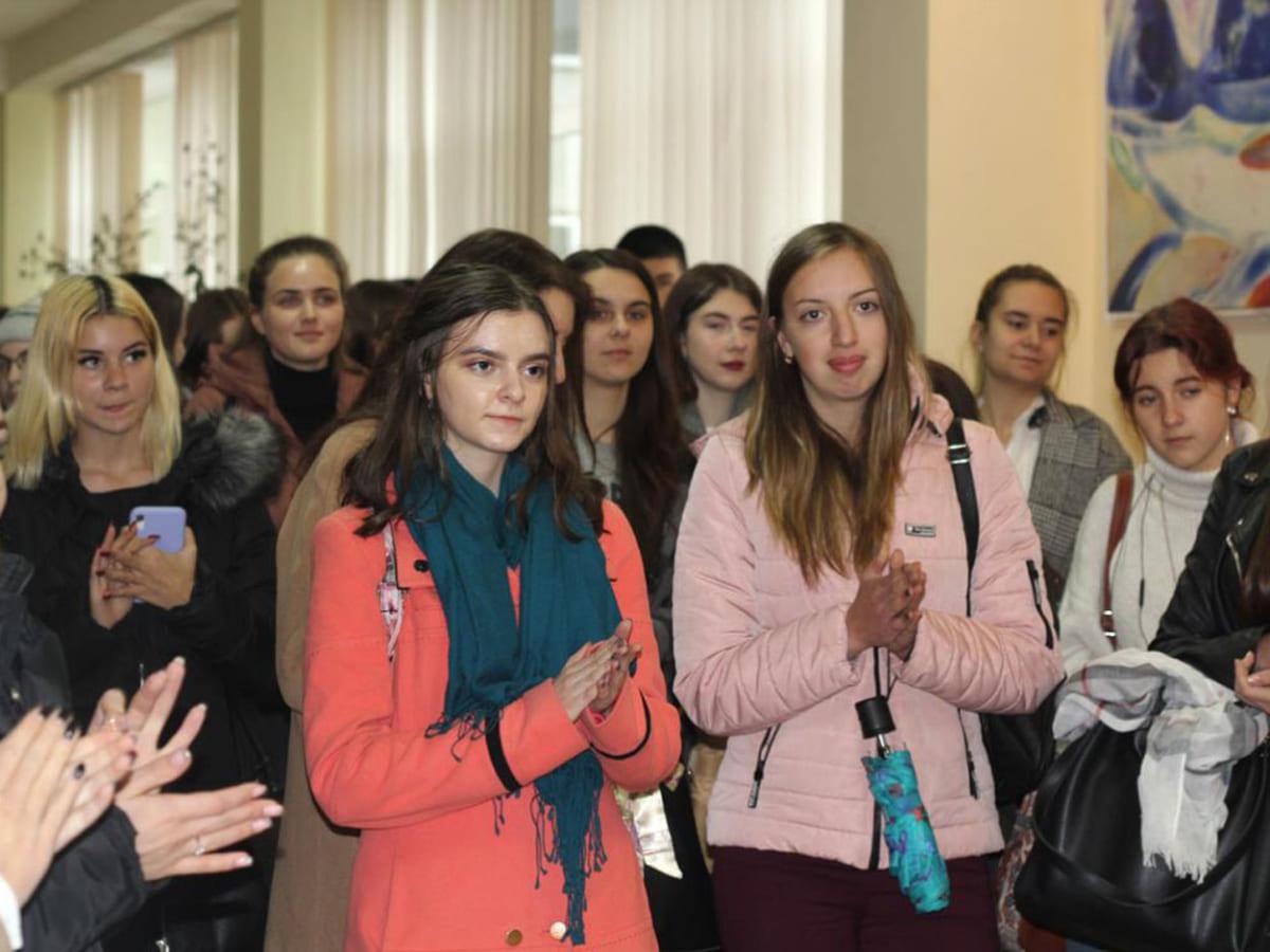 В УжНУ відкрили виставку картин своєї студентки