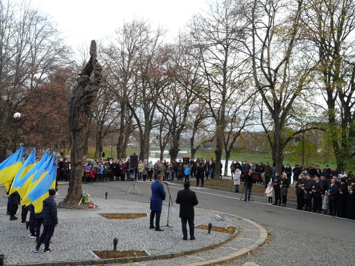 Жертв голодоморів в Україні пом'янули сьогодні в Ужгороді.