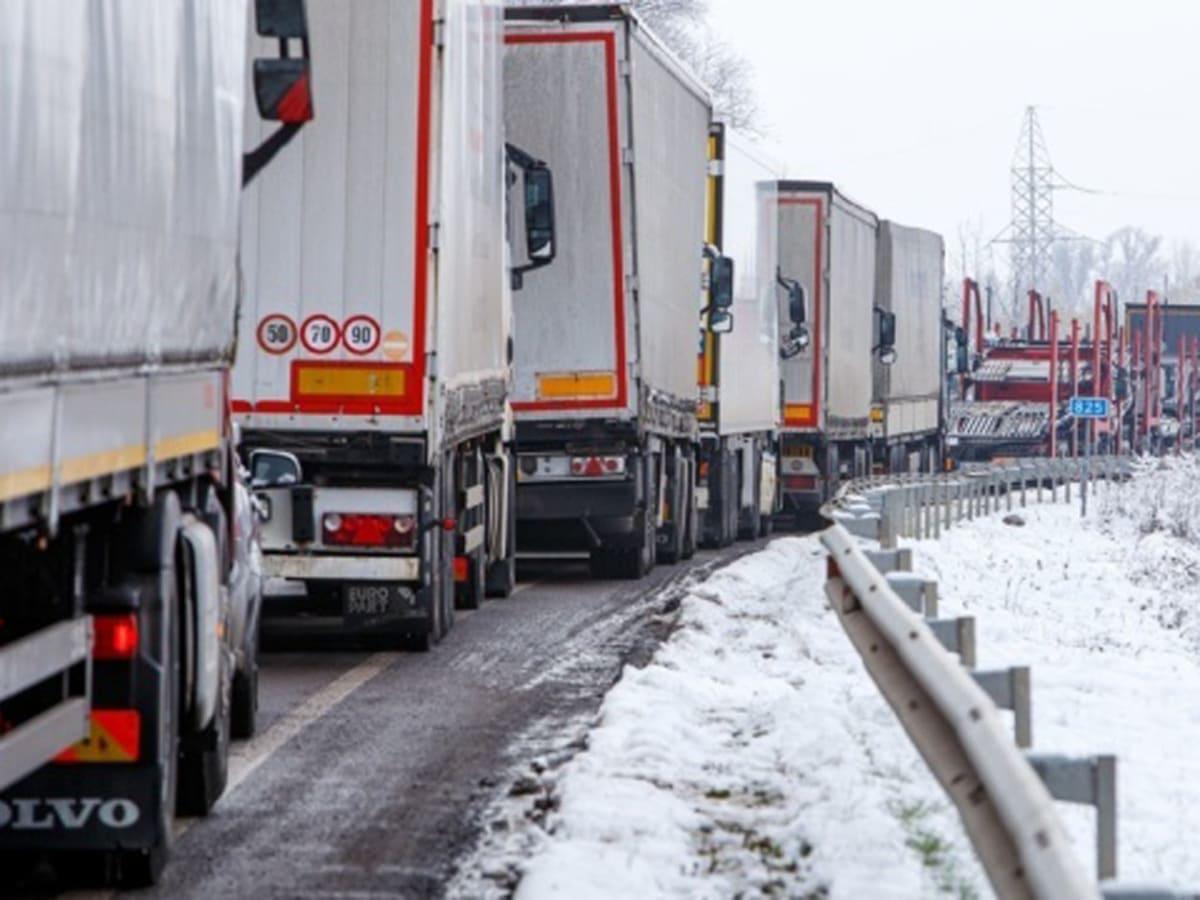 черги на кордоні вантажівки фото