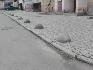 В Ужгороді самовільно демонтували і викрали обмежувачі руху