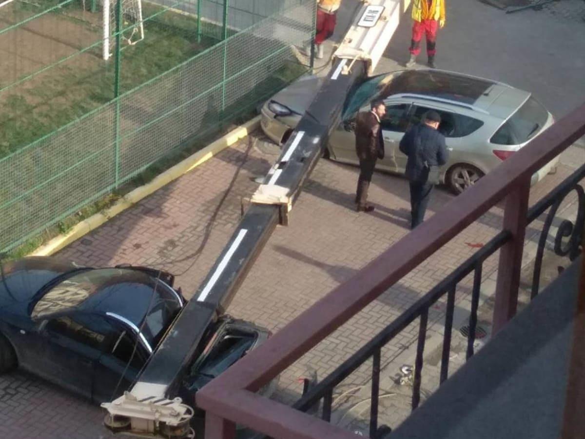 кран упав на автівки Ужгород фото