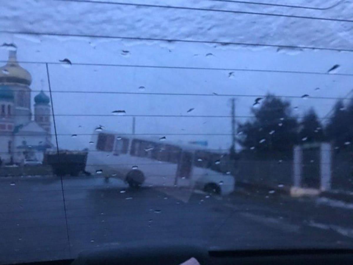 автобус заїхав у кювет фото
