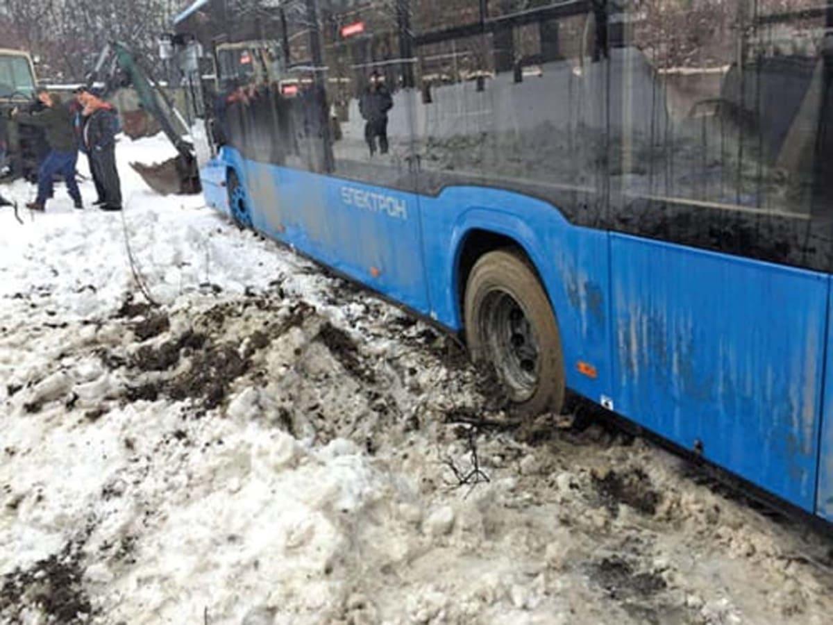Автобуси не можуть піднятись до лікарень та університету
