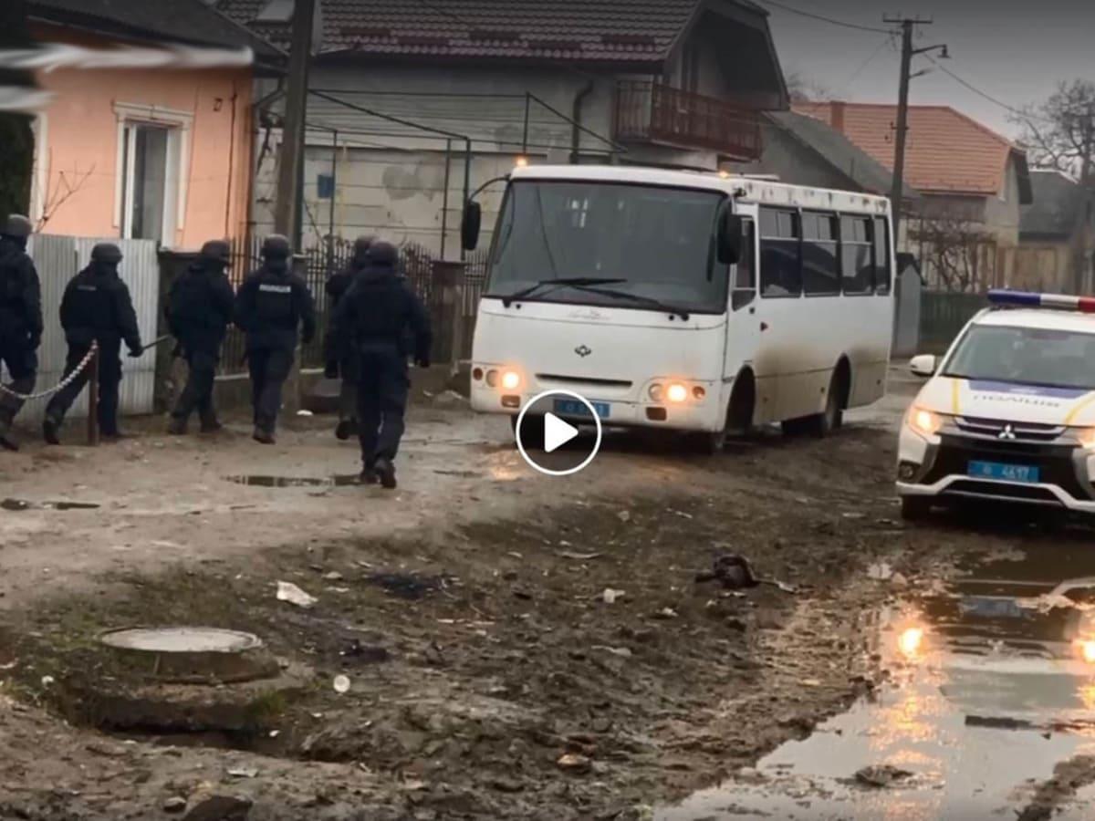 Спецоперація поліції в ромському поселенні Ужгорода фото