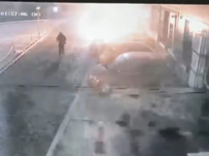 З'явилось відео на якому видно, як підпалюють Mercedes-Benz в Ужгороді (ВІДЕО)