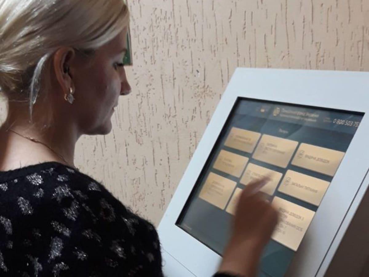 В сервісних центрах пенсійного фонду Закарпаття працює «електронна черга»