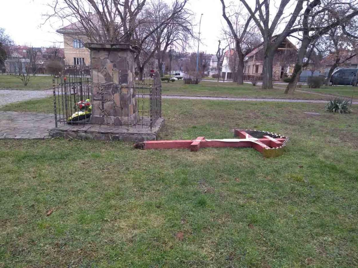 Пошкоджено хрест на площі Лаборця