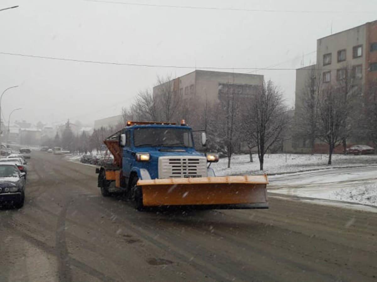 Сьогодні в місті прибирають сніг, підсипають мости