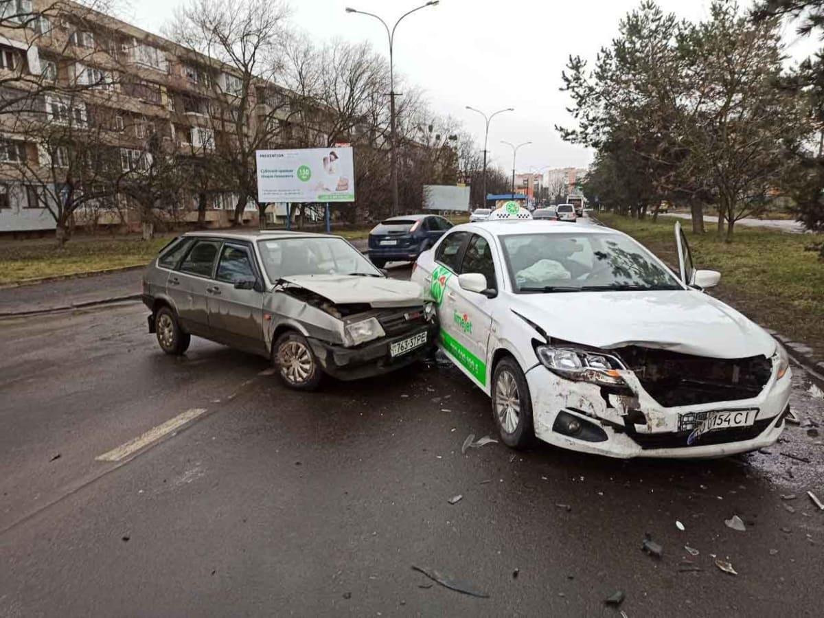Таксі потрапило в ДТП на вул. 8 березня фото