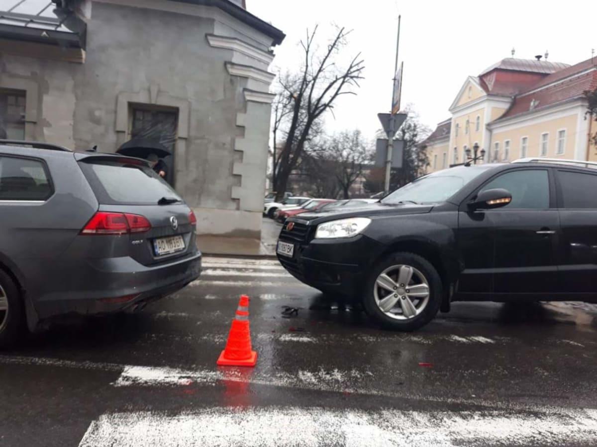 У центрі Ужгорода через ДТП ускладнено рух фото