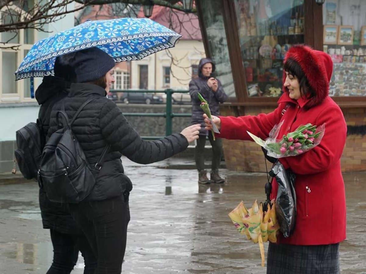 В Ужгороді до Дня всіх закоханих перехожим дарували квіти фото