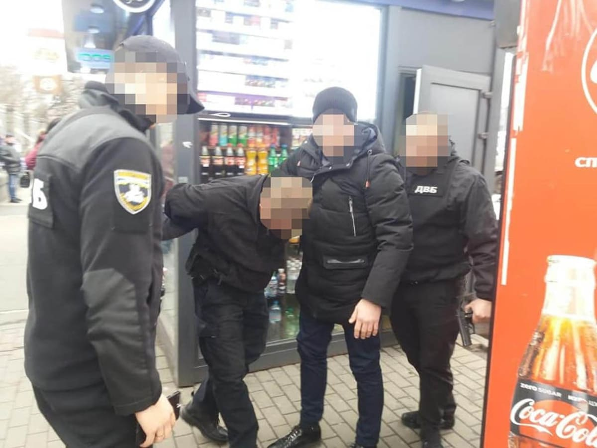 """В Ужгороді на """"гарячому"""" затримали полісмена-хабарника"""