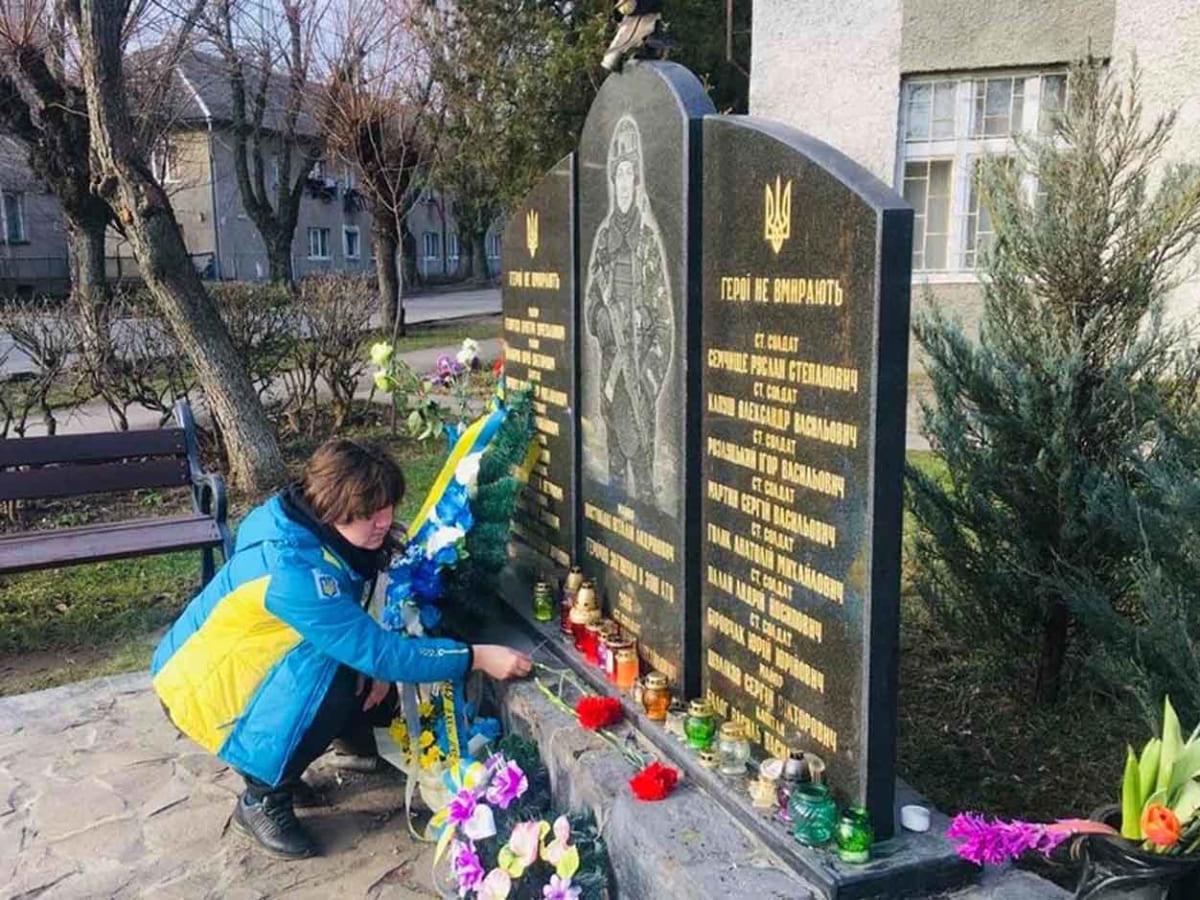 Площу імені Віталія Постолакі відвідала дружина загиблого Героя України Валерія Опанасюка фото