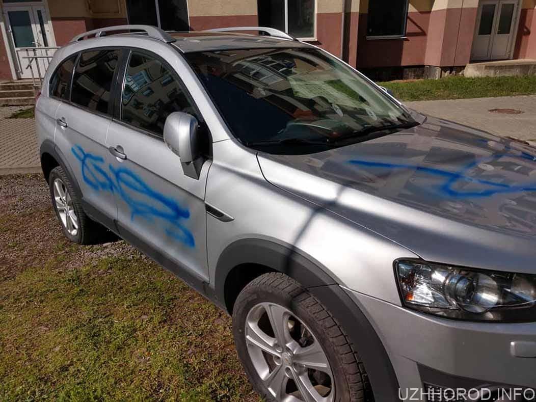 Ужгородському депутату понівечили авто
