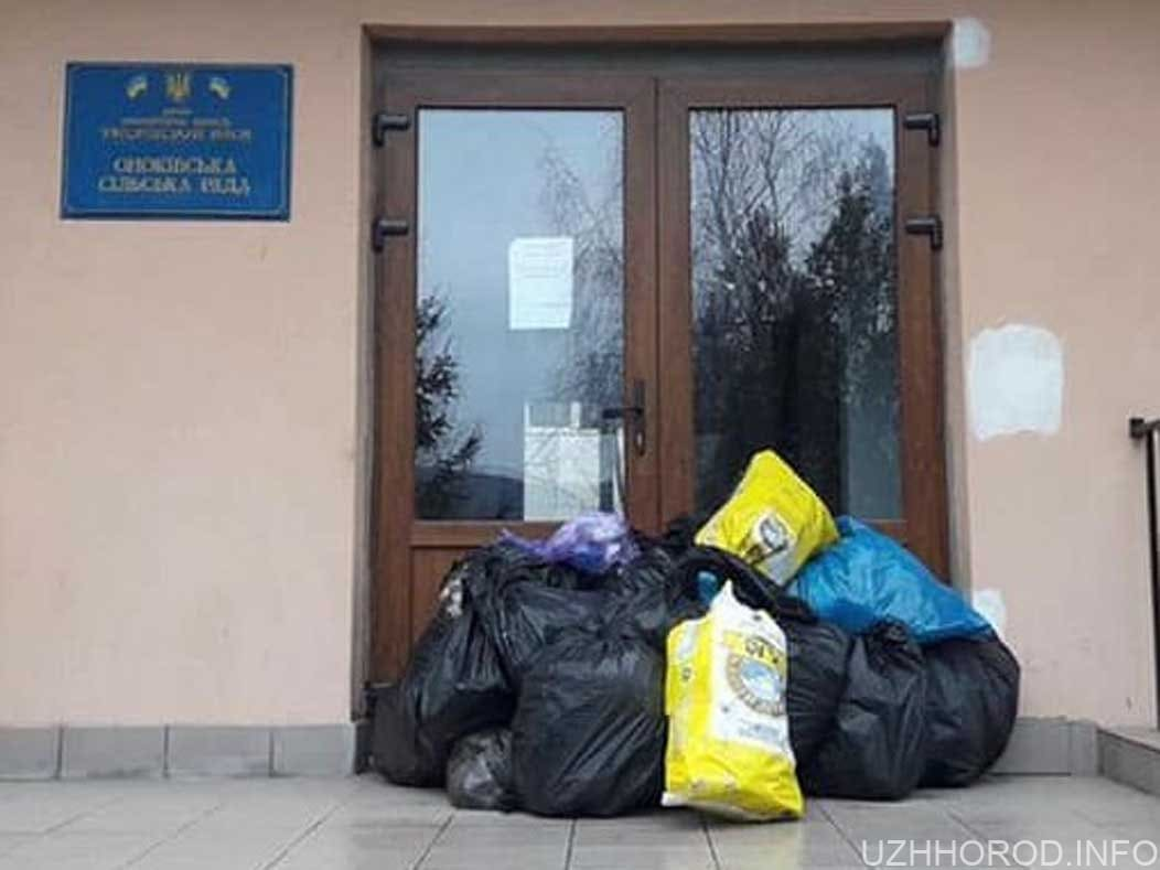 В Оноківцях люди несуть сміття під двері сільради