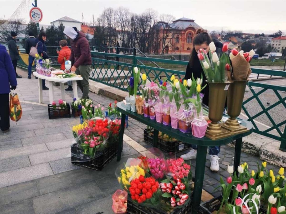 В центрі Ужгорода – стихійний продаж квітів фото
