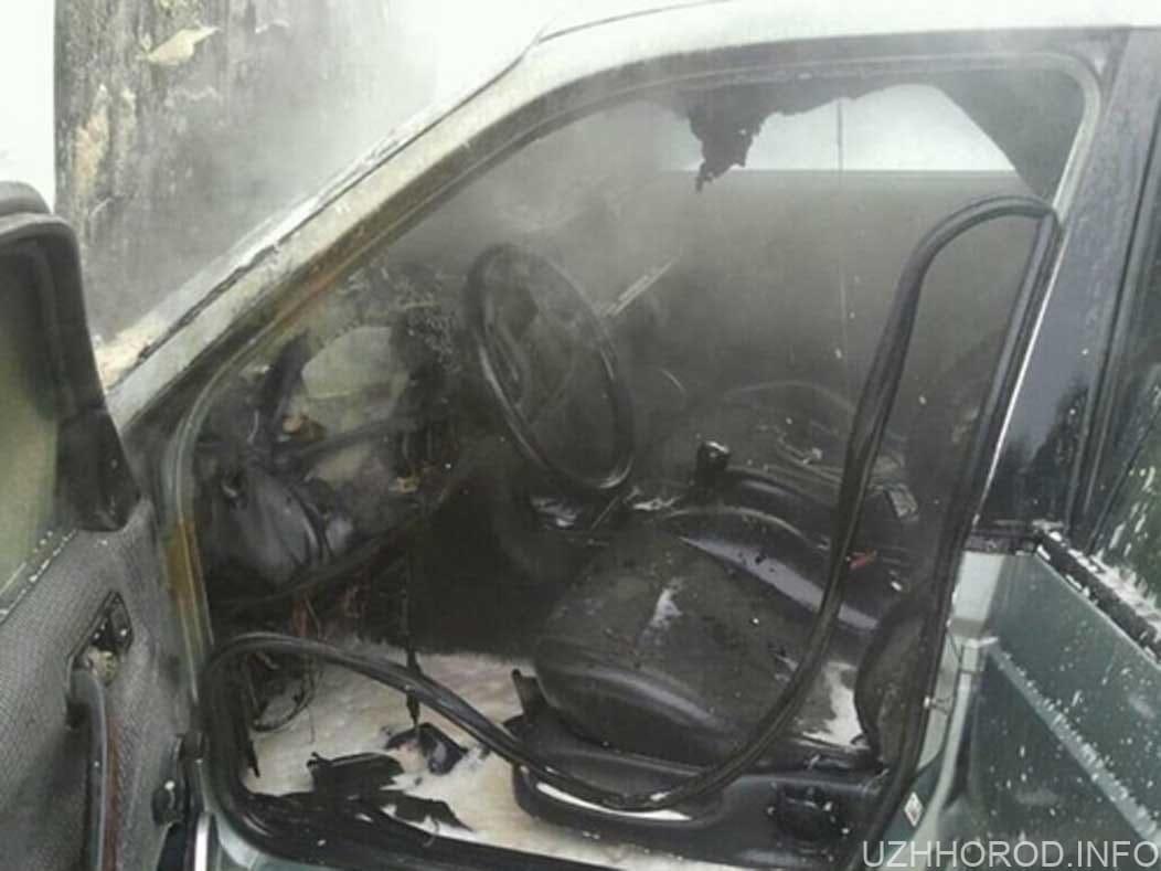 В Ужгороді горів автомобіль ФОРД фото