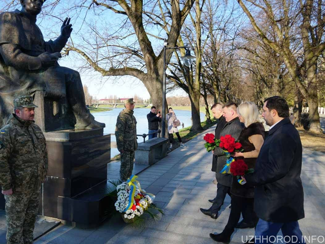 Вчора до пам'ятника Августину Волошину поклали квіти