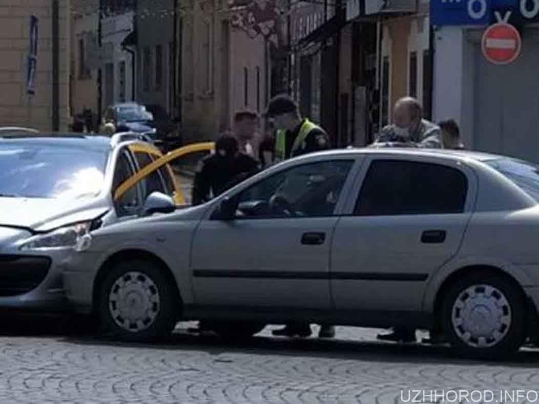 ДТП в центрі Peugeot 408 та Opel Astra фото