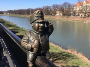 В Ужгороді продовжують зникати міні-скульптури (ВІДЕО)