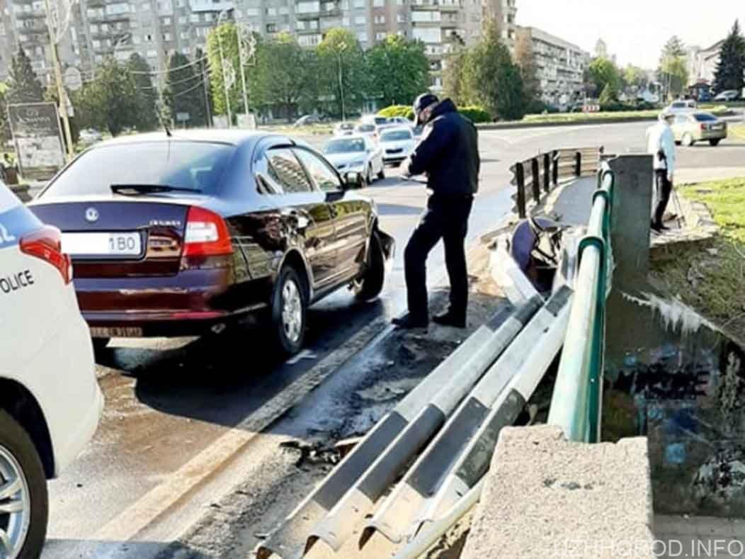 водій Skoda протаранив відбійник на мосту фото