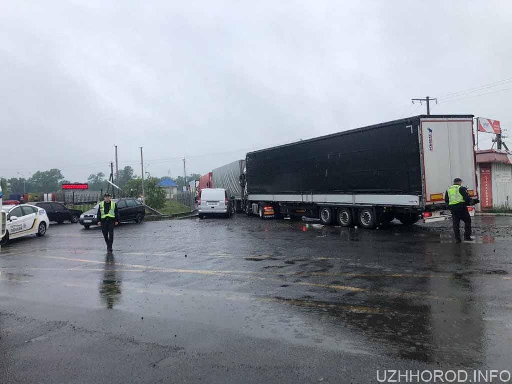 автівки перекрили в'їзд на митний термінал фото