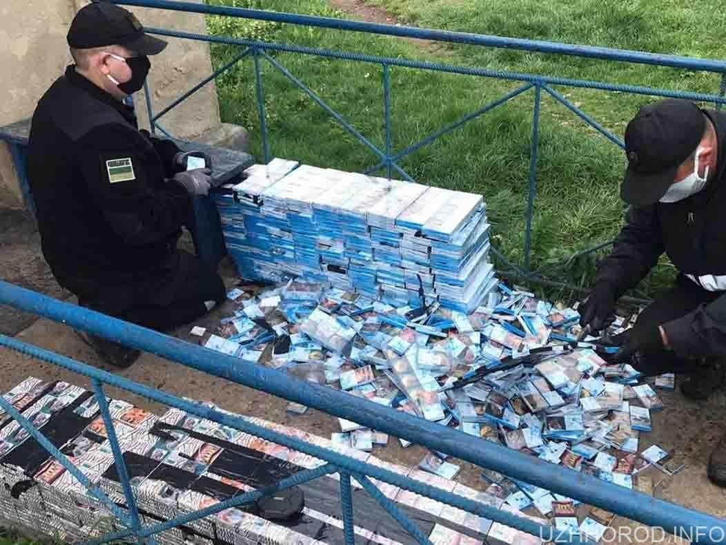 Чопські прикордонники виявили у потязі 7 ящиків сигарет фото