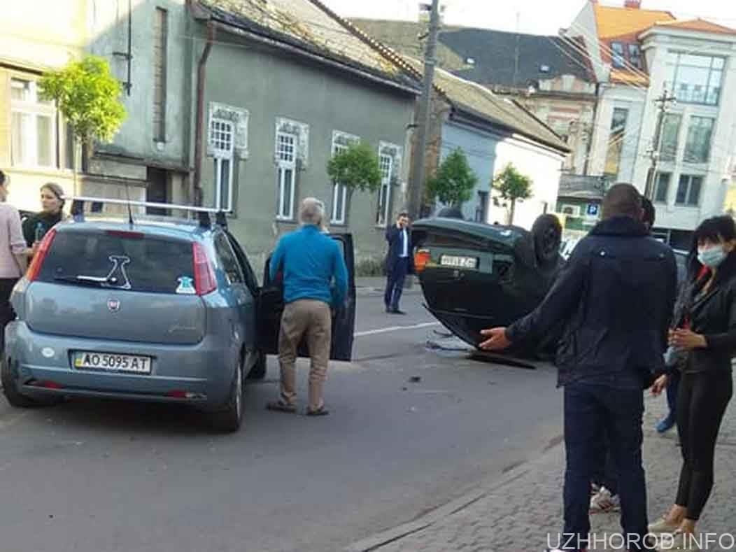 ДТП з перевертанням авто на вул. Берчені фото
