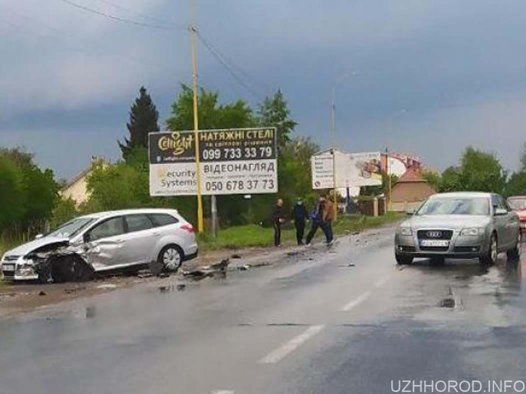 два автомобілі не поділили дорогу фото