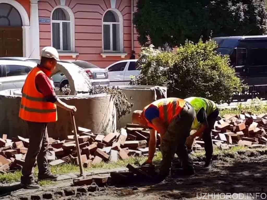 на площі Петефі в Ужгороді вже знімають бруківку фото