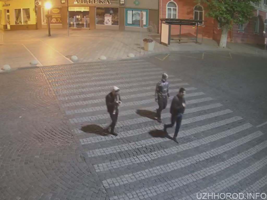 Розшукуються чоловіки які відкрили люк у центрі міста фото