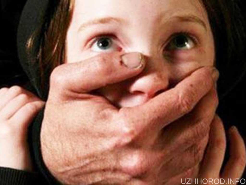 Більше ніж півроку насилував свою неповнолітню доньку фото