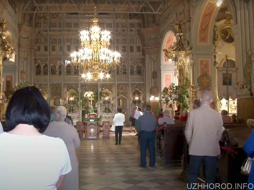 Як відбуваються богослужіння в храмах Ужгорода під час карантину (ВІДЕО)
