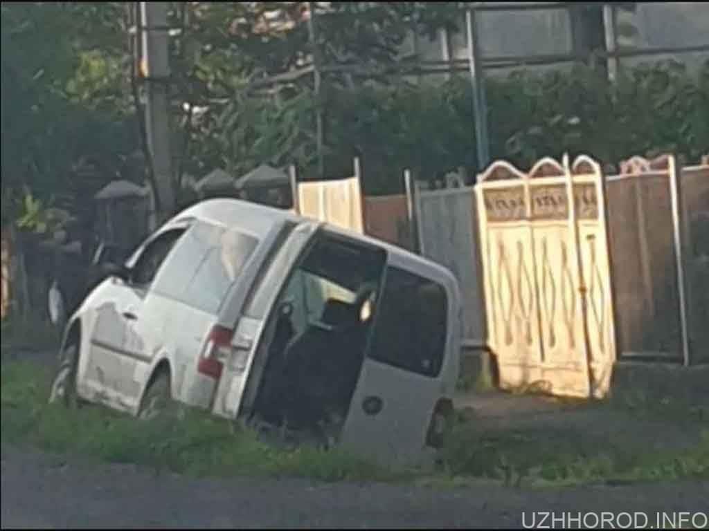 Між Ужгородом та Мукачевом Volkswagen злетів у кювет фото