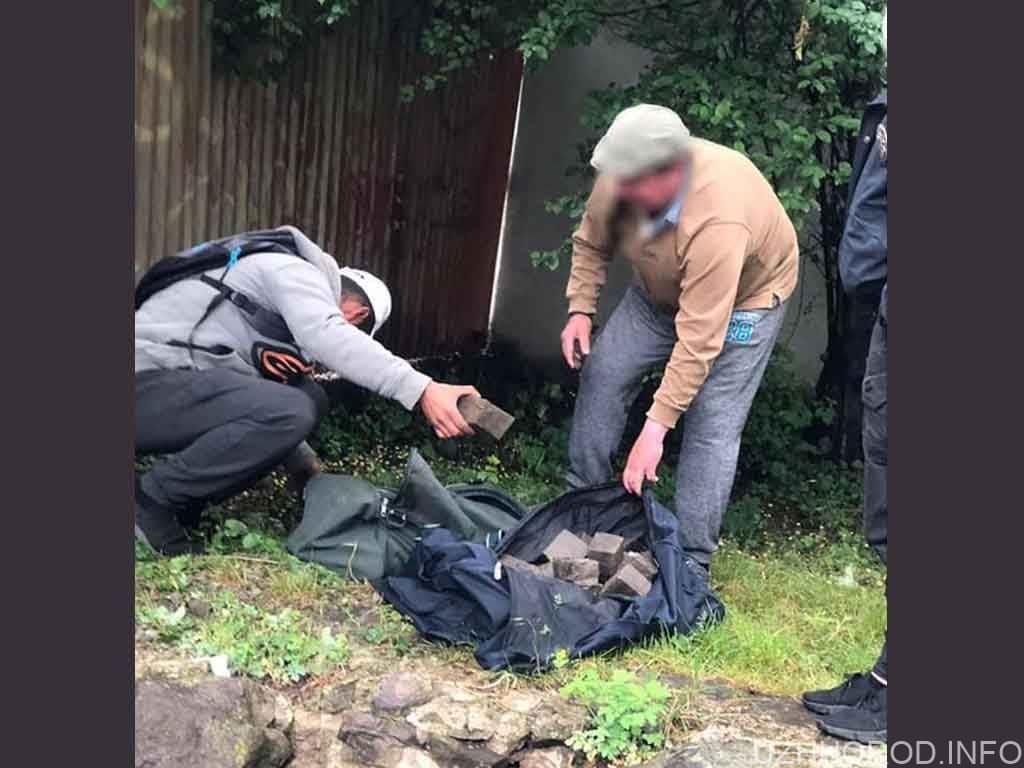 На «гарячому» затримали крадіїв бруківки