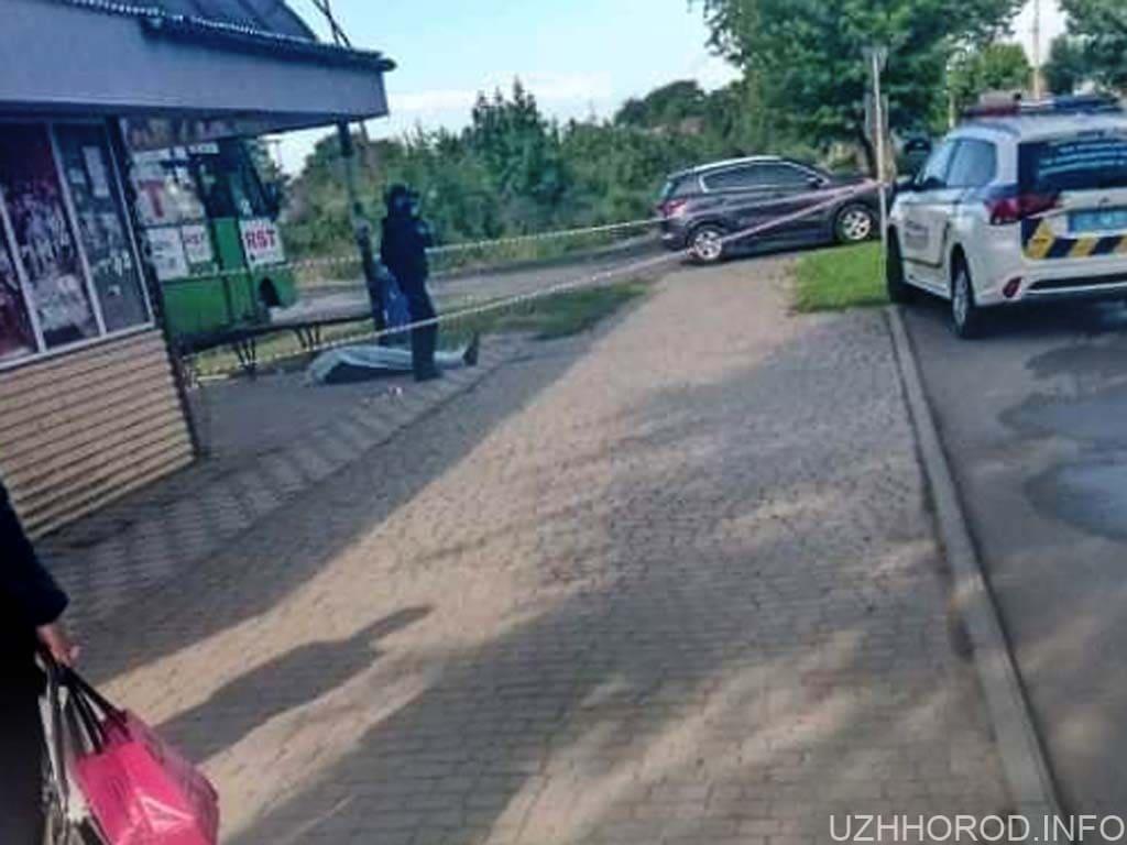 В Ужгороді на автобусній зупинці знайшли труп чоловіка