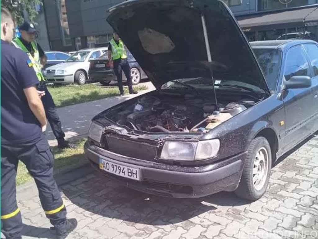 В Ужгороді біля ТЦ Токіо загорівся автомобіль фото