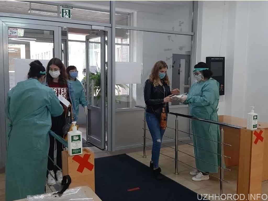 В Ужгороді випускники склали ЗНО з англійської мови фото