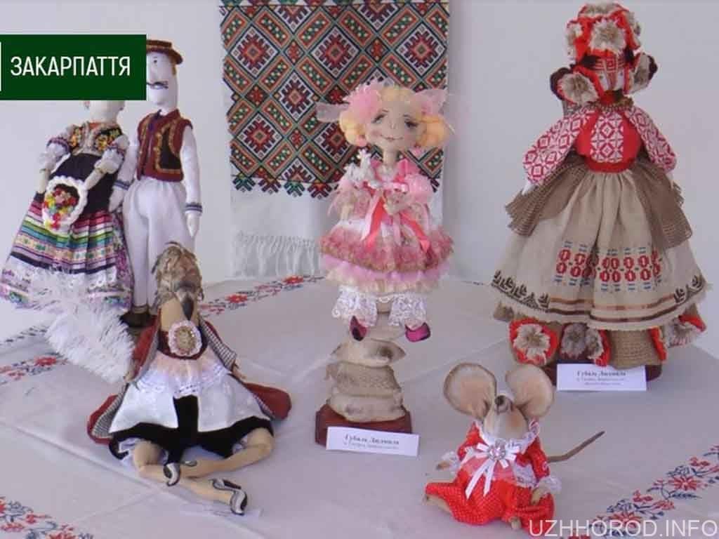 """В ужгородському скансені відкрилася виставка """"Натхненні лялькою"""""""