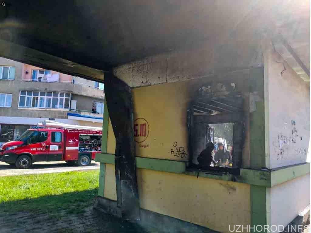 В Ужгороді на Грушевського горіла закинута зупинка