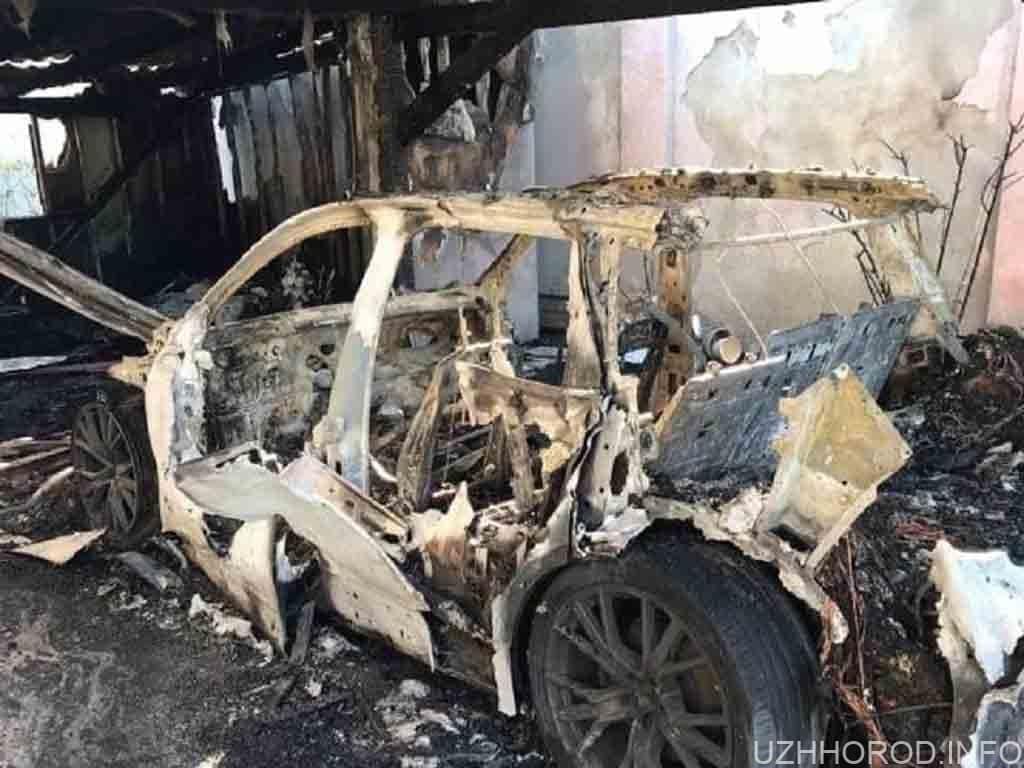 В Ужгороді вночі повністю згорів автомобіль фото
