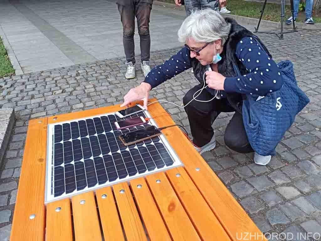 встановлено першу лавку сонячні панелі фото