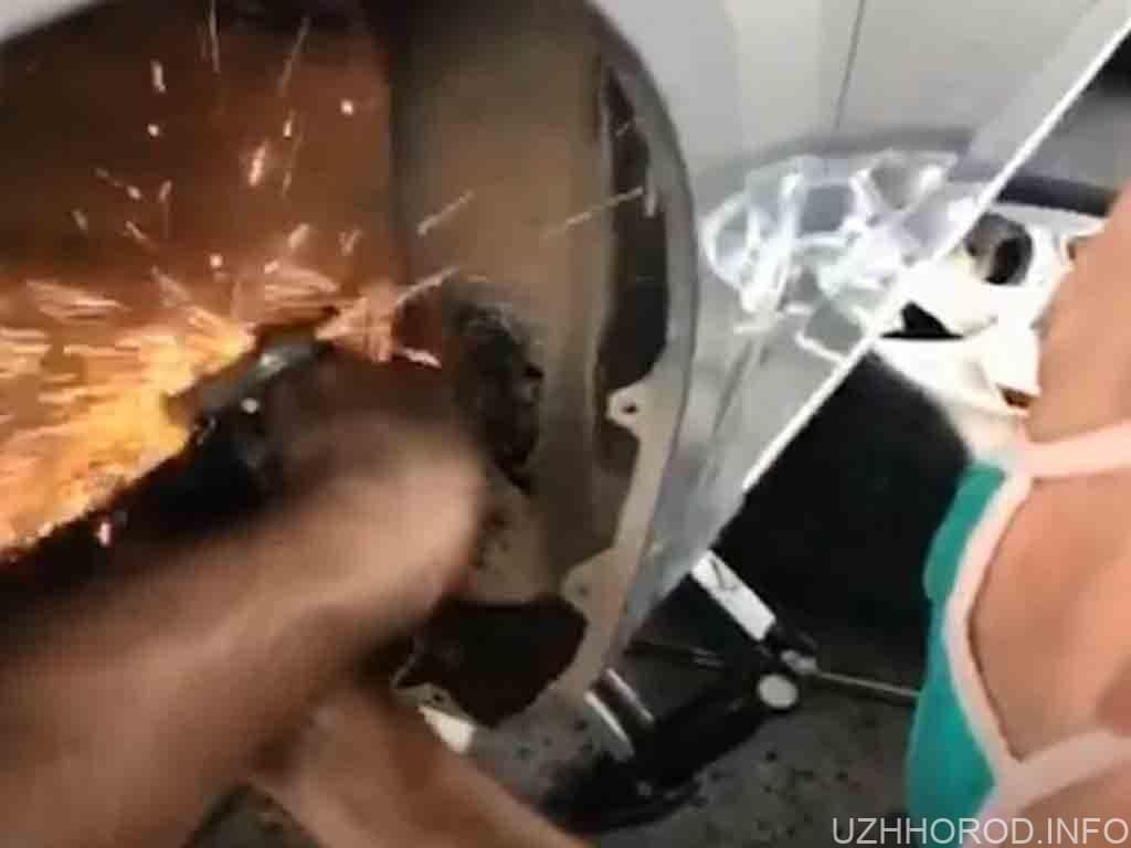 Закарпатцю розрізали автомобіль фото