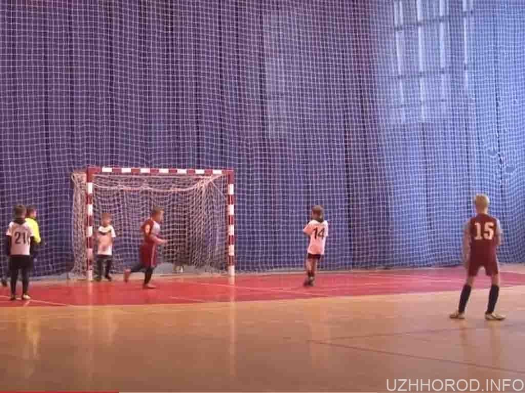 16 команд беруть участь в дитячому футбольному турнірі фото